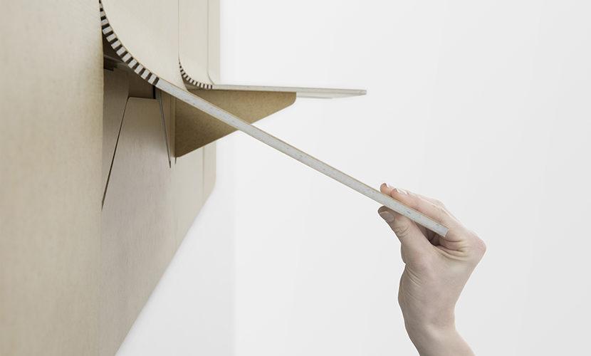 Shift, le panneau acoustique qui se change en étagère textile