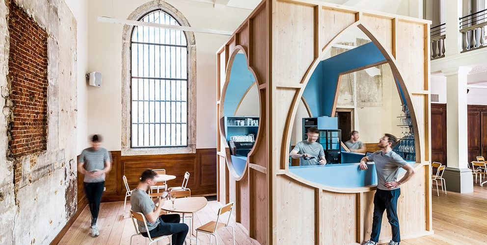 Une chapelle transformée… en bar par Van Staeyen Interieur Architecten