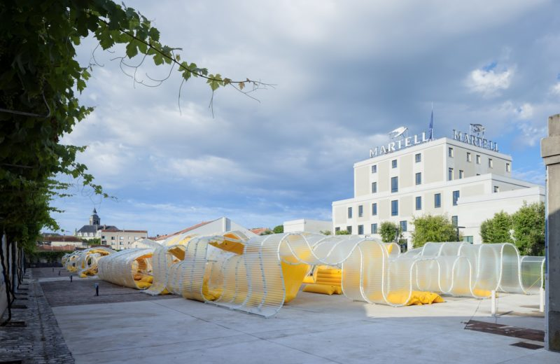 pavillon_martell_cognac_selgascano_installation_jaune_place_urbain_