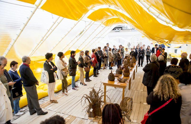 pavillon_martell_cognac_selgascano_installation_jaune_place_urbain_assise