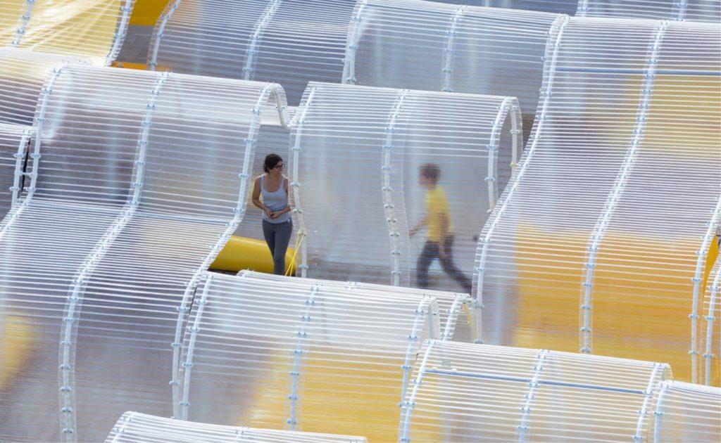 pavillon_martell_cognac_selgascano_installation_jaune_place_urbain_transparence